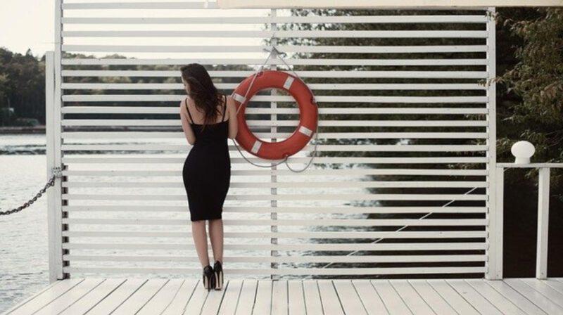 Mała czarna sukienka – jak ją nosić?