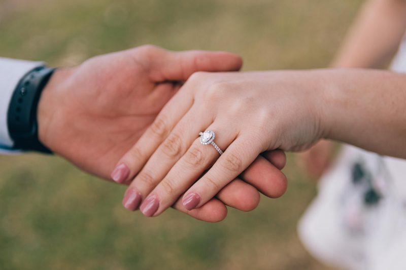 Nietypowe pierścionki zaręczynowe – czy to dobry wybór?